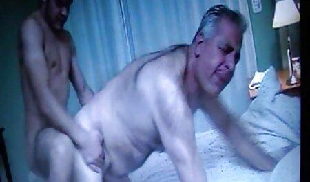 Adolescentes lesbiennes se déshabillent sous la porno nudiste plage douche
