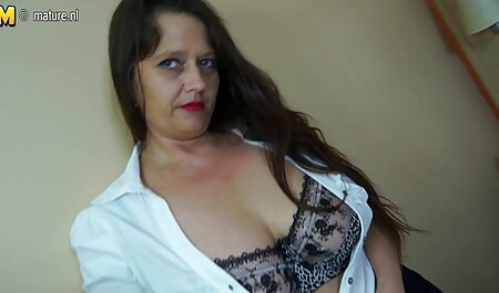 Hot babe sexy étudiante en uniforme baise femme nudiste poilue en direct après les cours