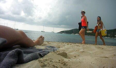 La milf rousse séduisante Kendra James sexe sur la plage naturiste joue avec Kira Noir