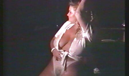 Une fausse rousse de taxi prend une blonde pour un pique-nique de chatte video naturiste sexe