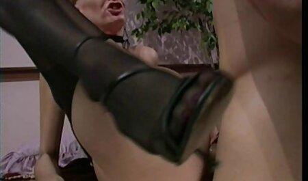 Sandie Marquez joue avec porno camping naturiste sa chatte latina
