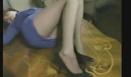 La superbe milf sexy Julia naturistes baisent Ann en gode en jean lui cogne la chatte!